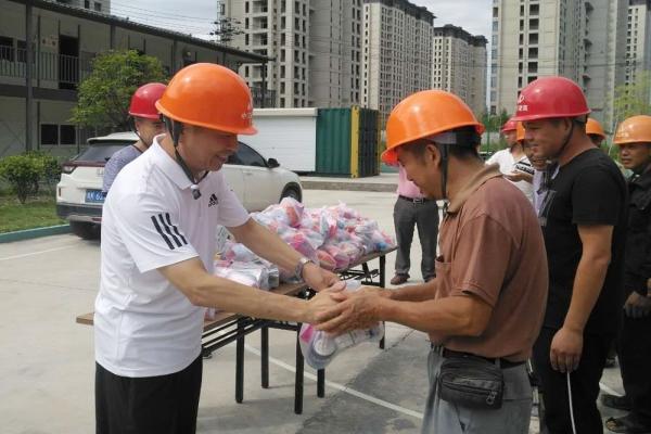 市建设局、市建筑业协会领导亲临现场慰问一线工人